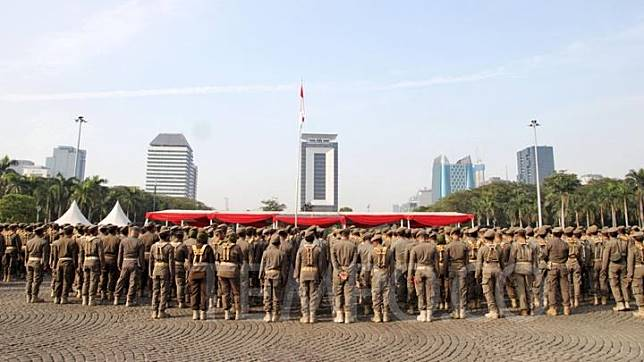 Personnel of the Jakarta Public Order Agency (Satpol PP) and Jakarta Community Protection Task Force (Satlinmas) join a ceremony to commemorate Jakarta Satpol PP's 69th anniversary and Satlinmas' 57th anniversary at the National Monument (Monas) Field in Jakarta, Wednesday, August 7, 2019. TEMPO/Hilman Fathurrahman W