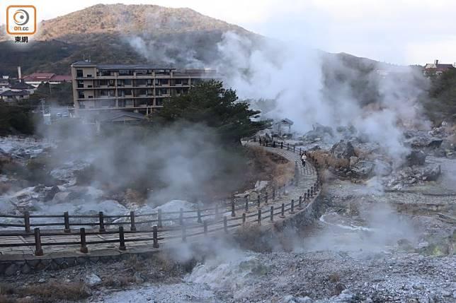 滿布硫磺岩石、熱騰騰水氣、硫磺味白煙籠罩了整片地帶,光景如同佛教中形容的地獄。(劉達衡攝)