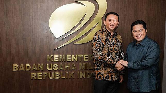 Menteri BUMN Erick Thohir berjabat tangan dengan Basuki Tjahaja Purnama alias Ahok. Kementerian BUMN
