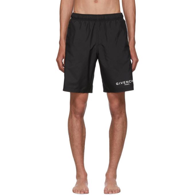 黑色机能性缎面泳裤。中腰剪裁,三袋款式,弹性裤腰附有隐藏式抽绳,裤身正面印有白色徽标。供应商配色:Black
