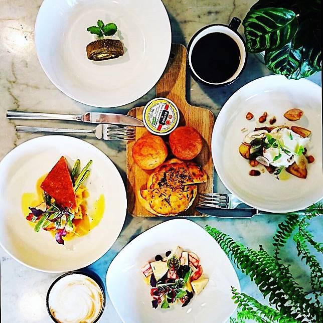房價包含一樓「迷路小章魚」的早餐,一個早餐就有海鮮、肉類可以選,我們當天就吃到煎帶子!而早餐還包括甜點!