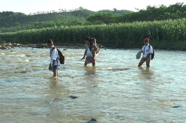 Salut! Sudah 5 Tahun Bocah di Desa Ini Seberangi Sungai demi ke Sekolah