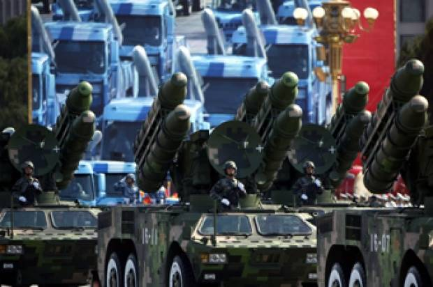 Sejumlah truk peluncur roket mengikuti parade di Lapangan Tiananmen, Beijing, Cina (1/10). Parade tersebut dalam rangka peringatan 60 tahun berdirinya Republik Rakyat Cina. Foto:  REUTERS/David Gray