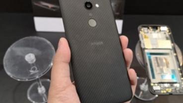 世界最輕旗艦手機!SHARP AQUOS zero 芳綸纖維背蓋 動手玩