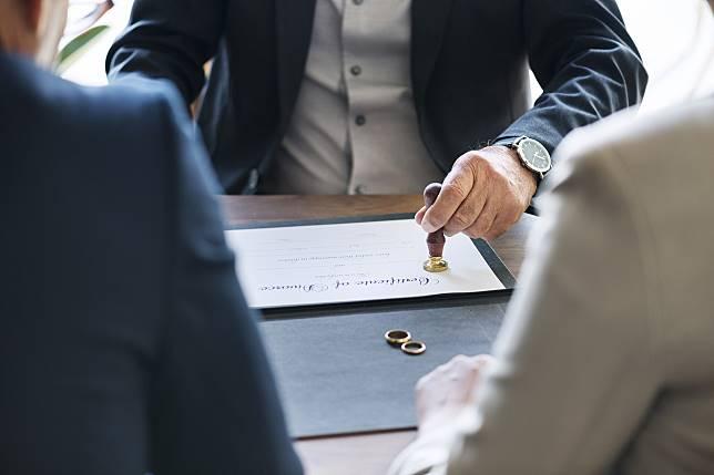 ▲丈夫宣稱為了工作先假離婚,妻子沒多想就答應了。(示意圖/圖中非當事人,取自 Pixabay )