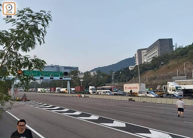 吐露港公路往水方向現長長車龍。(馮溢華攝)