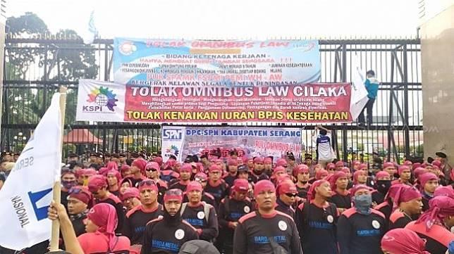 Demo buruh tolak Omnibus Law di gedung DPR RI, Senin (20/1/2020). (Suara.com/Stephanus Aranditio)