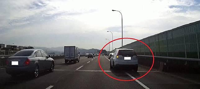 ▲開放路肩路段若已設置「路肩通行限往出口小車」告示牌,車輛就不得再變換回主線車道。(圖/新北市交通事件裁決處提供)