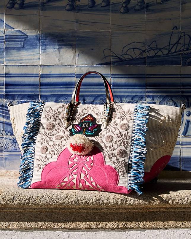 手袋設計藍本就是取材自葡萄牙北部杜羅米蘭達盛產的Capa de Honra斗篷。(互聯網)