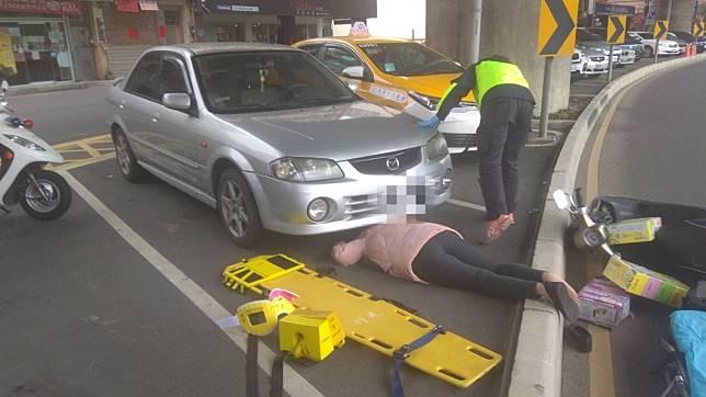 婦人頭部硬生生卡進轎車車底。圖/警方提供