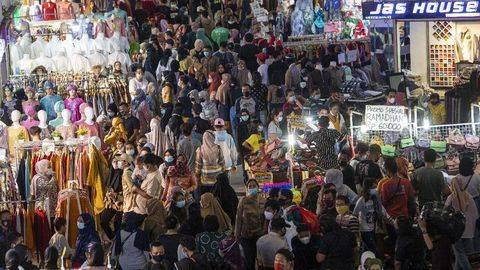 Sejumlah warga memadati Blok B Pusat Grosir Pasar Tanah Abang untuk berbelanja pakaian di Jakarta Pusat, Minggu (2/5/2021). (Antara Foto/ADITYA PRADANA PUTRA)