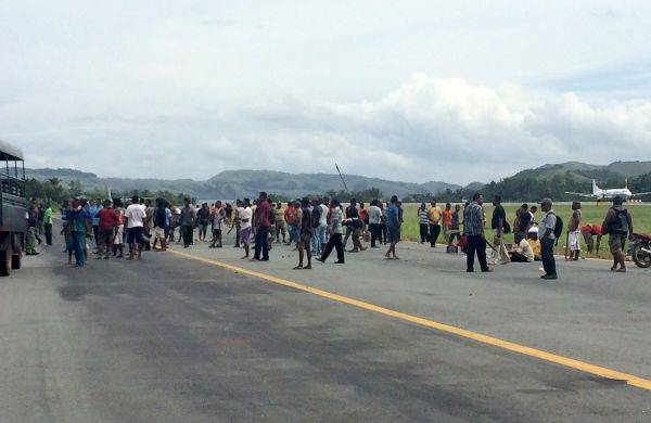 Pengunjuk rasa menduduki area landasan pesawat di Bandara Sentani, Jayapura, Papua, Rabu (30/12).