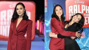 蓋兒加朵現身《無敵破壞王 2》倫敦首映會 一身俐落紅色西裝依然又帥又美!