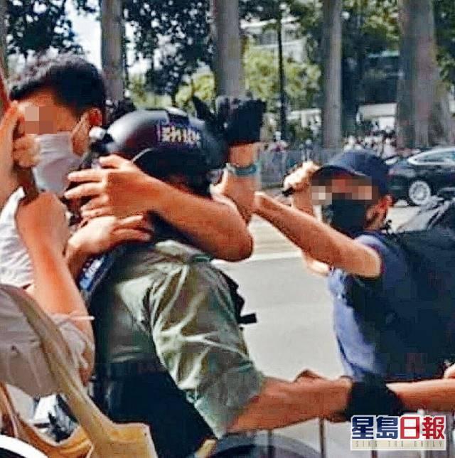 疑為警員被人刺傷一刻。網圖