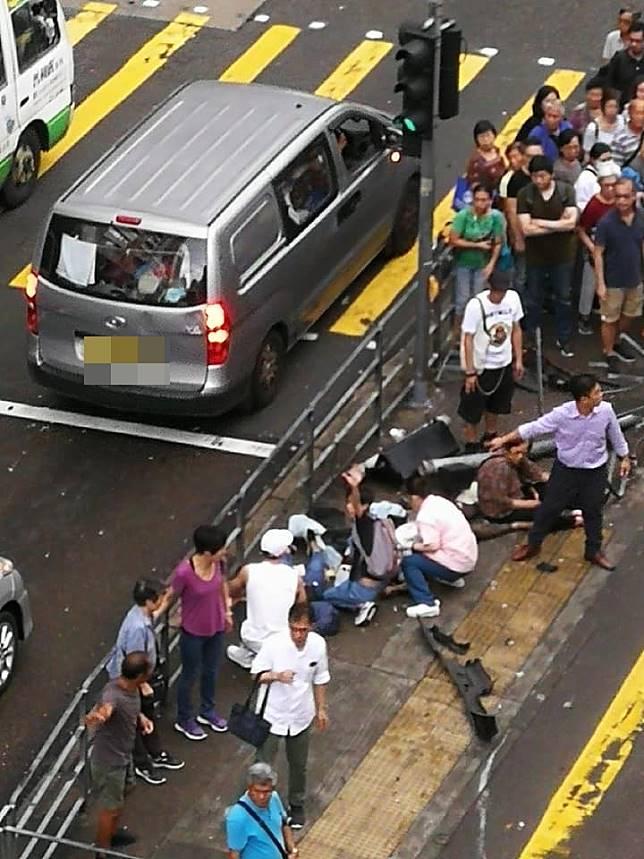 傷者倒臥安全島。香港仔之友fb/網民Alan W M Tsang圖