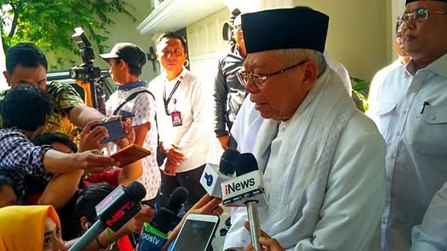Calon wakil presiden Ma'ruf Amin berpakaian serba putih sesaat sebelum berangkat ke lokasi TPS di Koja, Jakarta Utara, Rabu, 17 April 2019. Tempo/Egi Adyatama