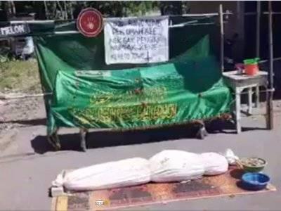 Viral! Warga Desa Gadungan di Kediri Pakai Keranda & Pocong untuk Portal Blokade Lockdown