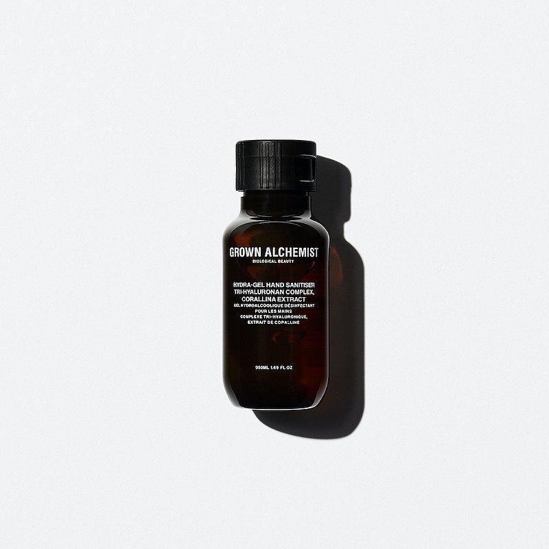 含有玻尿酸和天然抗氧化劑的奢華高保濕乾洗手凝膠, 運用70 %蔗糖發酵酒精,達到抗菌的功效, 瞬間使雙手保有潔淨感、補充雙手肌膚水份並延緩手部肌膚老化。