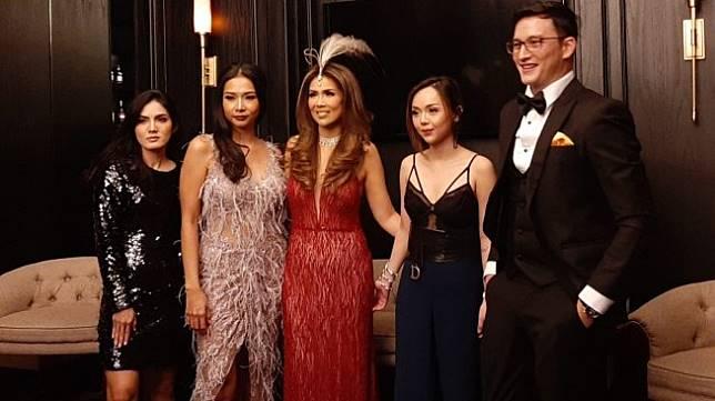 Helena Lim (bergaun merah) didampingi sahabat seperti Mike Lewis, Baby Niken, Mey Chan dan putrinya, Tifanny Leonardy. [Evi Ariska/Suara.com]