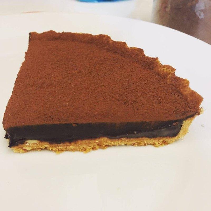 **酥脆的塔皮裡藏了花生醬,在上面有著厚厚的巧克力,在苦苦甜甜和點點鹹味裡達到平衡!**