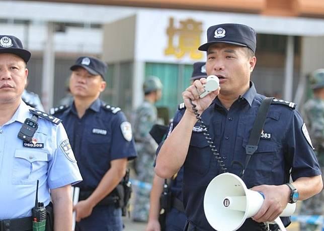 警員呼籲不法分子停止鬧事。(互聯網)