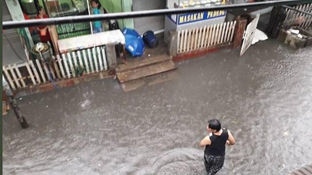 Banjir di Kebon Pala, Jakarta Timur. (@BNPB_Indonesia)