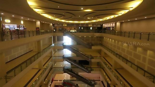 Suasana sepi di Mall Grand Paragon, Jalan Gajah Mada, Jakarta, Kamis (21/11). [Suara.com/Angga Budhiyanto]