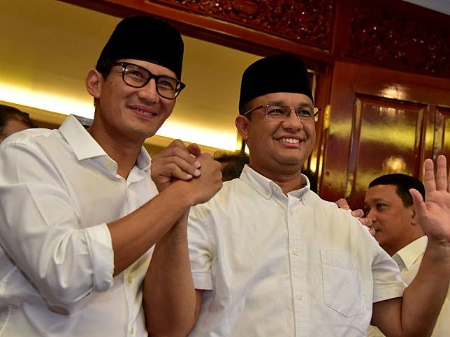 Pasangan calon Gubernur dan Wagub DKI Jakarta Anies Baswedan (kanan) dan Sandiaga Uno (kiri). (Foto: Antara/Dedi Wijaya).