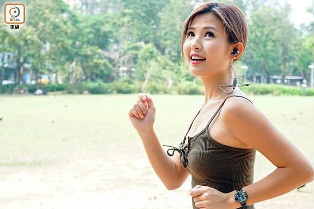 如果你天生耳洞較細,難以找到戴得貼服的真無線耳機,就可能要退而求其次,選擇較穩陣的掛頸式了。(資料圖片)