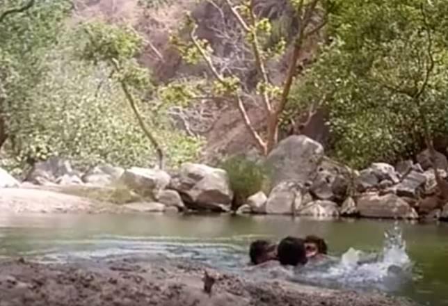 ▲印度 3 名男子一同前往溪邊戲水,並架設攝影機自拍留念,卻意外錄下自己溺斃過程。(圖/翻攝自 YouTube )