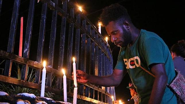 Warga Papua menyalakan lilin saat aksi damai di Bundaran Tugu Perdamaian Timika Indah, Mimika, Papua, Senin, 19 Agustus 2019. Aksi tersebut untuk menyikapi peristiwa yang dialami mahasiswa asal Papua di Surabaya, Malang dan Semarang. ANTARA