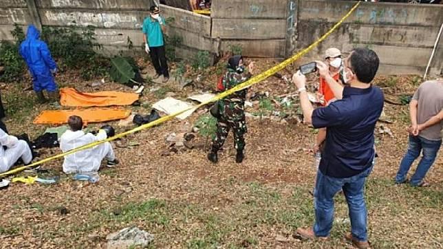 Tim gabungan Polisi dan TNI melakukan proses evakuasi dan identifikasi mayat editor Metro TV bernama Yodi Prabowo di pinggir Tol JORR Jalan Ulujami Raya, Pesanggrahan, Jakarta Selatan, Jumat, 10 Juli 2020. (ANTARA/Laily Rahmawaty)