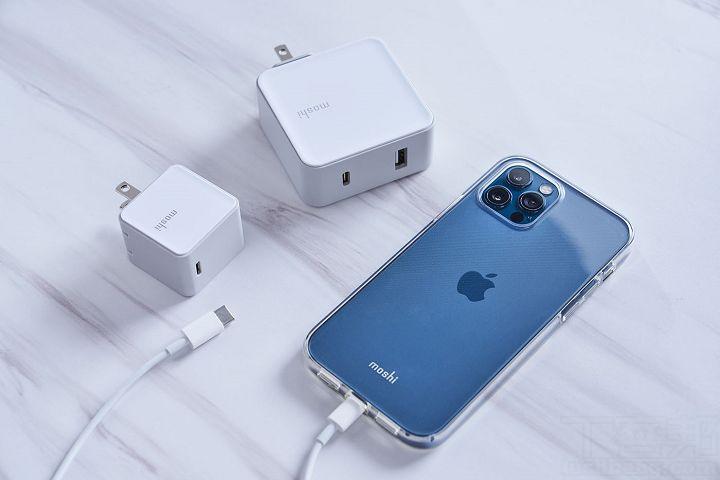 由於iPhone 12 系列盒裝沒有附充電器,可選擇 Moshi Qubit 迷你 USB-C 充電器,支援 PD 快充 18W,可加速充電效率。