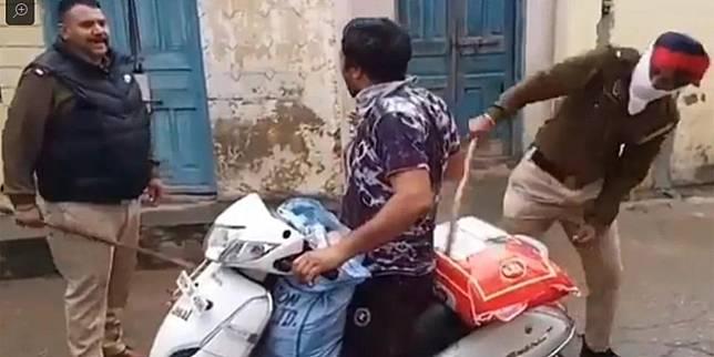 Seperti dilansir Jalopink, meski telah mengunci wilayah, masyarakat India masih saja nekat berlalu lalang dengan menggunakan kendaraan atau berjalan kaki
