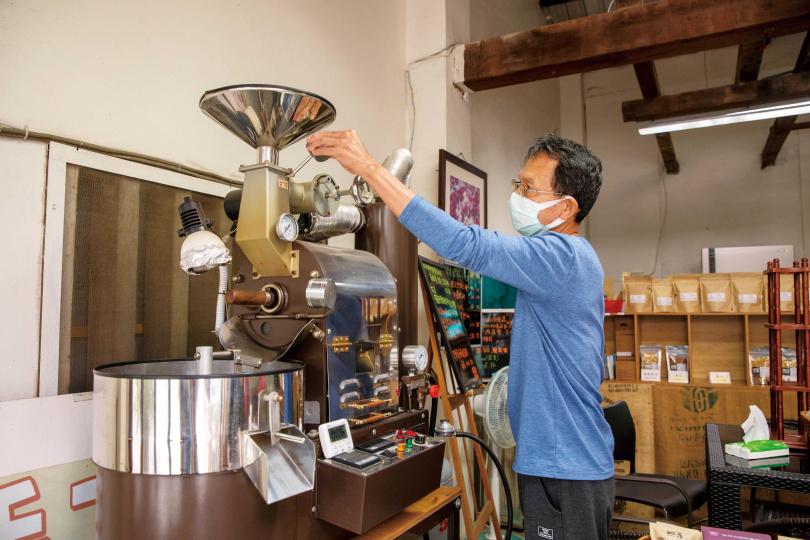 店裡的咖啡豆、原味堅果與麵包等商品,都是老闆夫妻親手烘焙、製作而成。(圖/宋岱融攝)