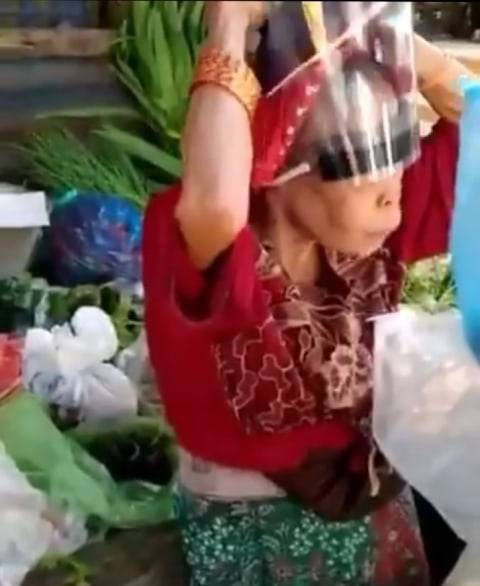 Polosnya Nenek Penjual Sayur Pakai Face Shield Terbalik, Jadi Hiburan di Pasar