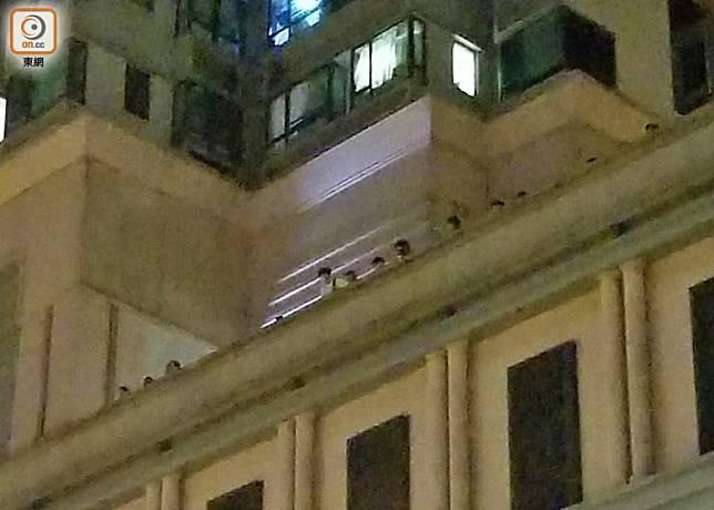 將軍澳警署對面為新都城二期,多名居民在平台上觀察事件。(胡德威攝)