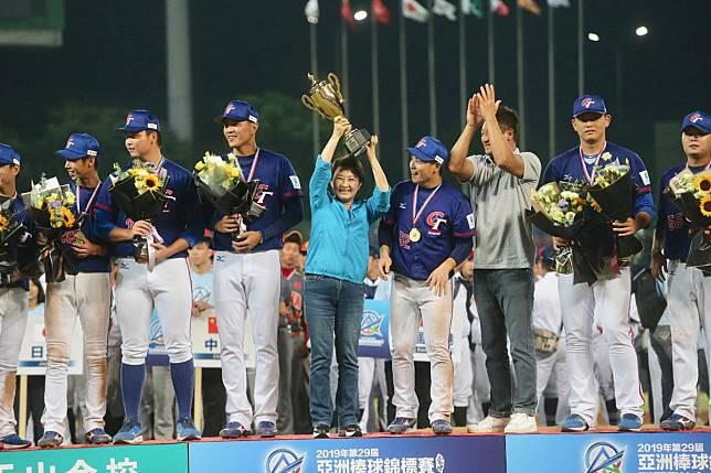 中華隊奪冠 盧秀燕激動從椅子上跳起來