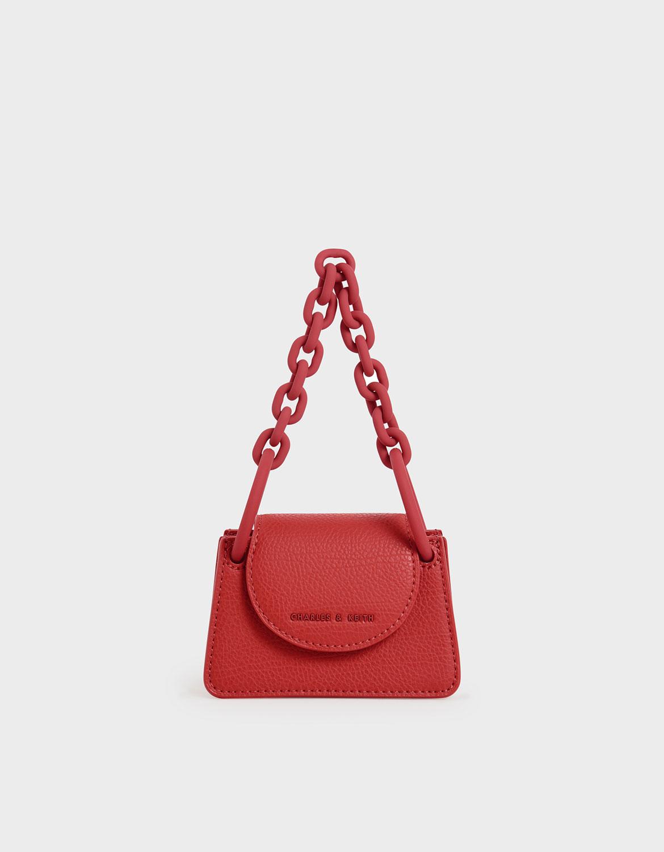 打造色系簡單的整體穿著,搭配經典紅迷你包款,為穿搭增添一抹小亮點。