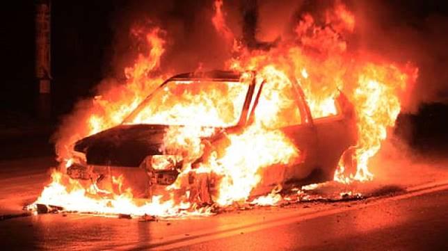 Ilustrasi mobil terbakar. (Shutterstock)