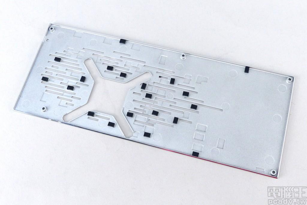 金屬背板內部沒有導熱墊,僅有用來隔離避免短路的橡膠墊