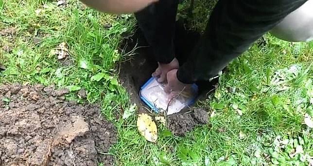 英國狂男Matt Nadin拍片「開箱」埋下泥地14個月巨無霸餐,仲直播食好西過程,癲呀!(互聯網)