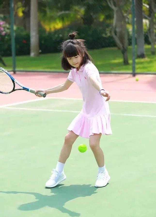 在森蝶開始學打網球的時,田亮也一直陪着她,是個廿四孝老竇。