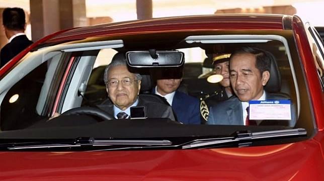Presiden Jokowi disopiri PM Malaysia, Mahathir Mohamad dalam sebuah mobil Proton di Kuala Lumpur, Malaysia, Jumat (9/8/2019). [Twitter/jokowi]