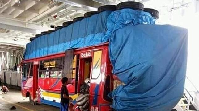Potret angkutan jurusan Jeneponto-Makassar yang muatannya banyak banget..[Twitter/HoldenKlasik]