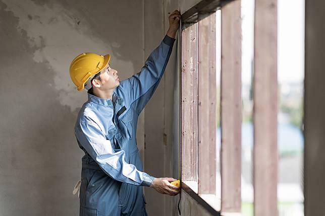 ▲屋齡15年以上住宅的裝修重點應以居住安全為主,在水電管線、泥作、防水等基礎工程的預算會較多。(圖/信義居家提供)