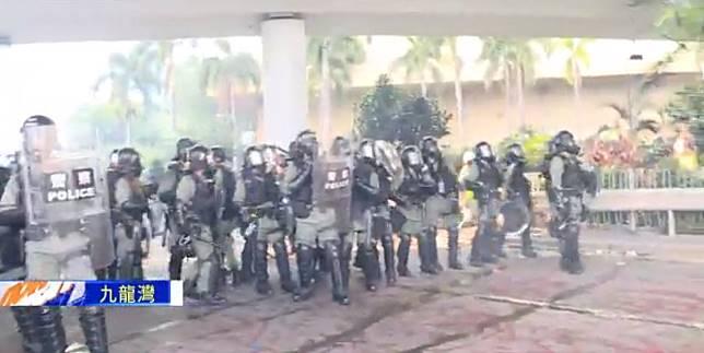 防暴警察驅散示威者。Now新聞截圖