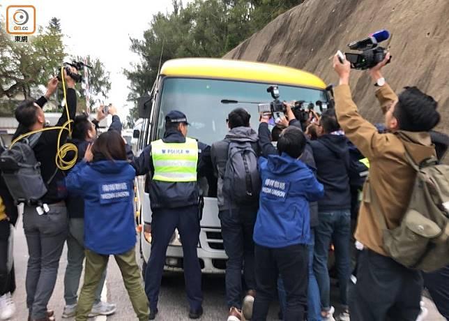 車輛遭大批傳媒包圍。(任芳攝)