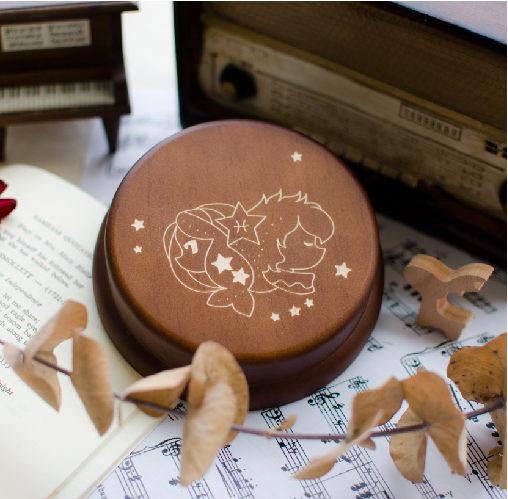 材質:紐松木,底座:金屬 若加購刻字(音樂盒上方空白區塊),請於訂單備註欄註明欲雕刻內容及字型