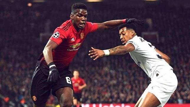 Gelandang Manchester United, Paul Pogba (kiri)